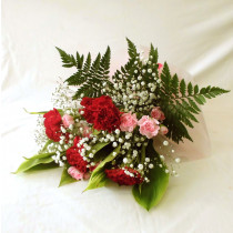 カーネーションとカズミ草の花束