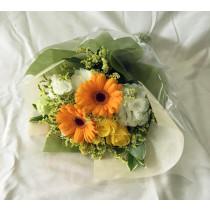 おちついた雰囲気のオレンジ系花束